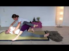 Thai Yoga Massage - Invitation to Sivasana - YouTube Massage Envy, Good Massage, Neck Massage, Facial Massage, Massage Therapy, Massage Oil, Massage Chair, Technique Massage, Massage Techniques