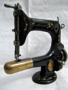 "SINGER 25-4 "" SEWING MACHINE.    why can't they make them like thus now, would be great for small pockets and patches"