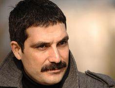 """""""Bir Çocuk Sevdim"""", """"Tatar Ramazan"""" gibi dizilerden tanıdığımız Mehmet Bülent İnal, kaçak elektrik kullandığı gerekçesiyle yargılandı. 3 yıl hapsi istenen oyuncu hapse girecek mi? sorusu na cevap merakla bekleniyor. http://www.haberci.org/index.php?do=haber&id=5005"""