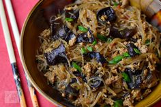 Paste cu pui si sos Alfredo - CAIETUL CU RETETE Japchae, Spaghetti, Ethnic Recipes, Food, Green, Essen, Yemek, Noodle, Eten