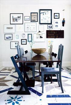 I matsalen har Pernille schablonmålat ett mönster hon själv ritat på det vita trägolvet. Bordet kommer från ett barnhem och stolarna har hon fått till skänks. På väggen barnens teckningar och familjefoton.