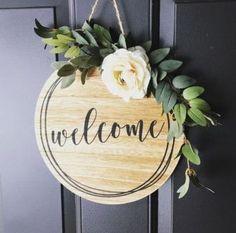 Der Krieg gegen das Willkommensschild Haustür Sponsored Sponsored The war against the welcome sign front door Welcome Signs Front Door, Front Porch Signs, Welcome Wreath, Wood Crafts, Diy Crafts, Deco Floral, Craft Night, Diy Wreath, Wood Wreath