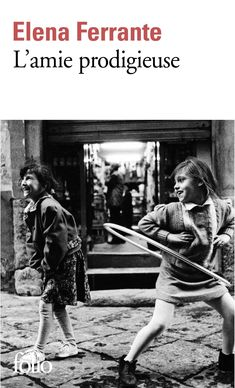 L'amie prodigieuse - Elena Ferrante. A la fin des années 1950, Elena et Lila vivent dans un quartier défavorisé de Naples. Malgré des études brillantes, Lila abandonne l'école pour travailler avec son père dans sa cordonnerie. En revanche, Elena, soutenue par son institutrice, étudie dans les meilleures écoles. Durant cette période, les deux amies suivent des chemins parallèles, qui tantôt se croisent tantôt s'écartent.