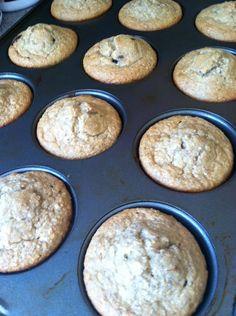 HEALTHY MUFFINS !!!  Receta: - 2 huevos enteros - 2 1/2 taza de avena - 1 taza de yogurth griego natural - 1/2 taza de miel - 2 cucharaditas de baking powder/ polvo para cocinar - 2 cucharaditas de chia - cucharadita de vainilla - 2 platanos Mezclar todo en la licuadora y listo!! Puedes hacer 2 mezclas una con chispas de chocolate amargo y otra con nuez!! Hornear a una temperatura de 350 por 15-20 minutos!!