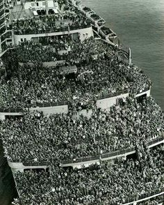 """İkinci Dünya Savaşı sonunda New York Limanına Amerikan askerlerini getiren """"Queen Elizabeth"""" gemisi. The crowded Liner Queen Elizabeth bringing American Troops back to NY Harbor after the and of the WWII, 1945 World History, World War Ii, History Books, History Online, Photos Du, Old Photos, Rare Photos, Bizarre Photos, Soldiers Returning Home"""