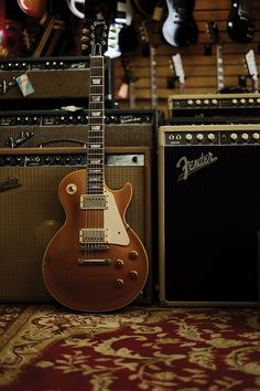 Goldtop Les Paul. Simply love these.