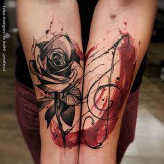 """""""Algo que eu ainda não tinha tentado mas curti muito a experiência. Fundir a mesma tattoo em partes diferentes do corpo. -Rosa e clave de sol. …"""""""