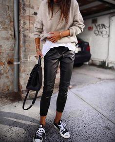 30 Beautiful Leather Outfit Ideas Copy Now Casual Fall Outfit Idea Black Leather Pants Plus Bag Plus Converse Plus Sweater Plus White Top Fashion Mode, Look Fashion, Autumn Fashion, Fashion Trends, Womens Fashion, Feminine Fashion, Fashion Ideas, Trendy Fashion, Fashion 2018