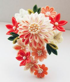 Hair ornaments of the Japanese kimono つまみ細工 Cloth Flowers, Diy Flowers, Fabric Flowers, Flower Crafts, Flower Art, Fabric Crafts, Sewing Crafts, Band Kunst, Felt Hair Accessories