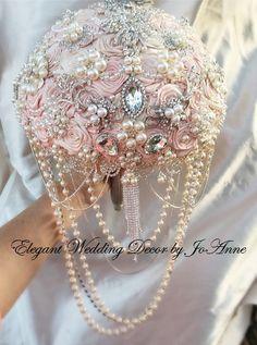 Blush rosa y ramo en cascada de broche por Elegantweddingdecor