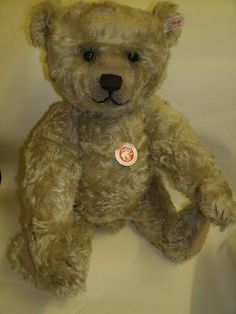 Gorgeous New Steiff Teddy. He's got such a beautiful face. Photo via web....