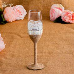 Čo by ste povedali na spojenie elegancie a vintage štýlu?  Romantické vintage poháre s jemnou čipkou a elegantnou ozdobou. Flute, Champagne, Tableware, Vintage, Elegant, Dinnerware, Tablewares, Flutes, Vintage Comics