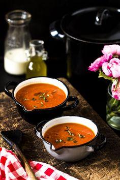 Tomatensuppe ist ein cremiger Klassiker, ob mit frischen oder mit Dosentomaten ist sie ruck zuck zubereitet und einfach lecker