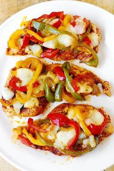 Cheesy Fajita Chicken Bake with Bell Peppers - gluten free, Mexican-style recipe. Fajita-style chicken breasts seasoned with the Mexican spices, topped with bell peppers and pepper jack cheese, and roasted in the oven. Baked Chicken Fajitas, Baked Chicken Breast, Chicken Breasts, Smothered Chicken, Roasted Chicken, Chicken Enchiladas, Mexican Chicken Recipes, Recipes With Chicken And Peppers, Chinese Recipes