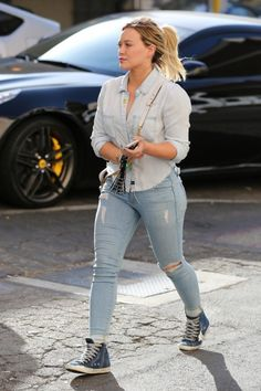 Who made Hillary Duff's gold jewelry, denim shirt, and blue star sneakers? Curvy Fashion, Plus Size Fashion, Girl Fashion, Fashion Outfits, Womens Fashion, Hilary Duff Show, Hilary Duff Style, Curvy Outfits, Casual Outfits