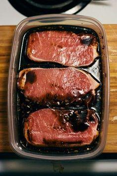 Zin om heel lekker vlees te maken? Met deze supersimpele marinade, met maar 4 ingrediënten, geef je kip, varkensvlees of rundvlees heel veel smaak. Perfect voor kippenvleugeltjes en kippendijen, maar