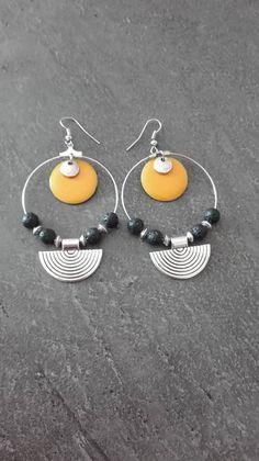 Boucles d'oreilles créoles argenté, perle noir et argenté, sequin émaillé jaune moutarde
