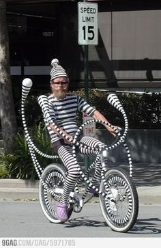 Riding My Bike In Black and White Stripes!: This bike looks like it's out of a Dr. Seuss novel or something. Whoever designed this bike sure took a lot of time Darwin Awards, Kombi Trailer, Pimp Your Bike, Chesire Cat, Bizarre, Just For Fun, Op Art, Art Cars, Pin Up Girls