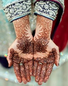 Love this matching hand henna! Would be a lot of fun for best friends!