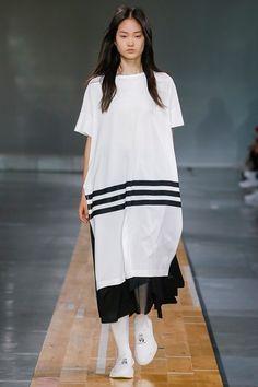 Guarda la sfilata di moda uomo Y-3 a Parigi e scopri la collezione di abiti e accessori per la stagione Primavera Estate 2018.