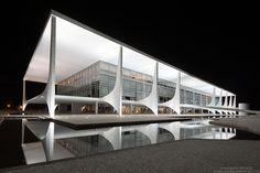 """Fotografias noturnas das obras de Oscar Niemeyer em Brasília são premiadas no International Photography Awards de 2013. """"Brasília de Niemeyer"""", a série de fotografias, captura a arquitetura surreal de Oscar Niemeyer, que moldou a capital brasileira por mais de 50 anos. Supremo Tribunal Federal.  Fotografia: Andrew Prokos."""