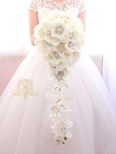 Orquídeas blancas lágrima cascada broche ramo marfil color