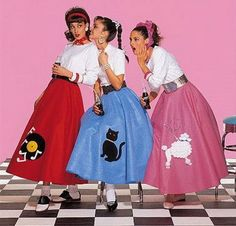 Retro Fashion How to Make a Poodle Skirt - A poodle skirt is a wide swing skirt made of felt, which has a design appliqued or ironed on. The skirt is usually black, pink, or powder blue. The design is frequently a French poodle. Rock And Roll Vestuario, Disfraz Rock And Roll, Mode Vintage, Retro Vintage, Vintage Sewing, Vintage Party, 1950s Fashion, Vintage Fashion, Teen Fashion