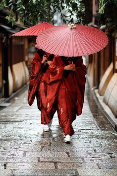 Traditional Kimono dress women in Japan / Geisha apprentices, Kyoto People *** By momoyama Japanese Kimono, Japanese Art, Kimono Japan, Japan Kultur, Samurai, Japan Woman, Turning Japanese, Traditional Kimono, Traditional Japanese