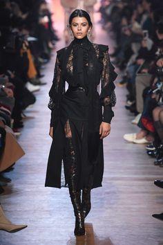 The complete Elie Saab Fall 2018 Ready-to-Wear fashion show now on Vogue Runway. Fashion Week Paris, Fall Fashion Trends, Fashion 2018, Love Fashion, Trendy Fashion, High Fashion, Autumn Fashion, Fashion Outfits, Womens Fashion