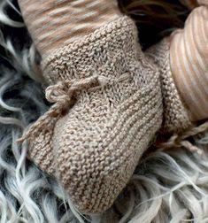 Strik selv: Babyjakke og sko - Hendes Verden - ALT.dk Knitting For Kids, Baby Knitting Patterns, Baby Patterns, Hand Knitting, Sewing Patterns, Chrochet, Knit Crochet, Padron, Baby Barn