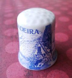 Dé à coudre: en porcelaine, il m'a été offert par Sofy et Bee en souvenir de leur voyage à Madère. http://aziliz-creation.alittlemercerie.com