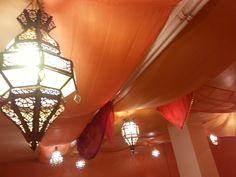 Plafond avec lanternes marocaines et voilages orangés pour créé une ambiance orientale. Ceiling with moroccan lanterns and orange veils for oriental atmosphere. Photo : Mélanie Baladi - École de danse orientale #bellydance #baladi #lanterne #lantern #marocain #moroccan