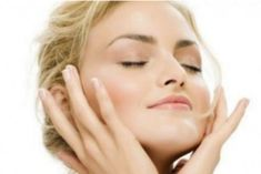 Trucos para adelgazar la cara Es posible que seas delgada/o y que a pesar de ello, tengas la cara gruesa. La cara hinchada puede ser consecuencia de varias razones, no sólo el sobrepeso.
