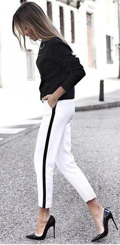 10 looks para quem ama preto e branco. Blusa de manga preta, calça esportiva branca com faixa preta na lateral, scarpin preto