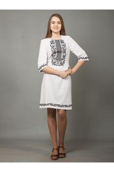 Вишиті сукні в українському стилі · Елегантна біла сукня до коліна з гарною  вишивкою хрестиком. На грудях 7eea43399d635