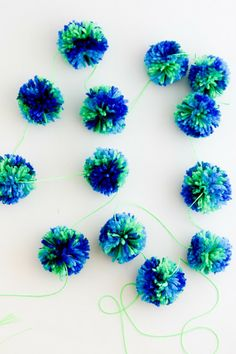 flax & twine: Making Pompoms in Bulk. This will be great for Christmas decoration in red and green :)