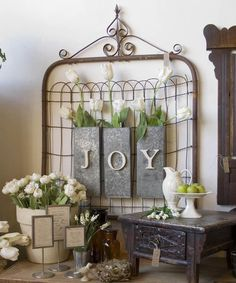 Upcycling an old rusty garden gate.prim home decor on the wall / store display ideas Spring Home Decor, Diy Home Decor, Shabby Chic Decor, Vintage Decor, Shabby Vintage, Vintage Ideas, Rustic Decor, Vintage Cards, Vintage Flowers