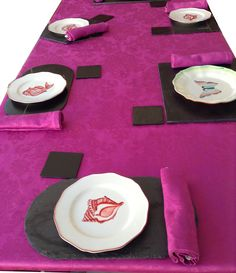 Mesa decorada con bajo-platos de pizarra