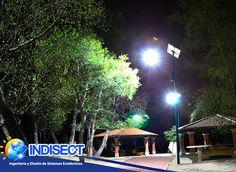 Luminaria Indisect son recomendadas para la iluminación en zonas recreativas como jardines. En esta imagen se aprecia buena iluminación mediante el uso luminarias led. Usar tecnologías alternativas como lo es la energía solar mejora el cuidado del medio ambiente.