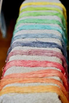 Reportage photo : teinture rainbow alimentaire « Made with Love Shibori, What's My Favorite Color, Ombre Yarn, Techniques Couture, Textiles, Couture Sewing, How To Dye Fabric, Diy Projects To Try, Knitting Yarn