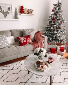 53 christmas apartment decor ideas that takes the definition of elegance to a whole 36 Modern Christmas Decor, Christmas Living Rooms, Christmas Room, Noel Christmas, Christmas Aesthetic, Holiday Decor, Living Room Xmas Decor Ideas, Magical Christmas, Silver Christmas
