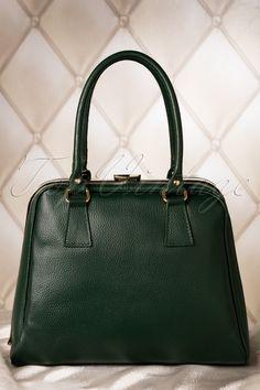 O la la de 60s Chic Suitcase Handbag in Green van VaVa Vintage is een prachtige jaren 60 stijl reproductie handtas!Een chique sixties, hoog kofferachtig model uitgevoerd in stevig echt leder met een stoere nerf in jacht groen. Goudkleurige clipsluiting aan de handvaten. Aan de onderzijde pootjes ter bescherming. Bij het openen van de tas, opent zich direct een zee aan ruimte (o.a. plek voor je iPad!). Daarnaast 2 handige insteekvakjes en een ritsvak, allen gevoerd in leder. Aan de buite...