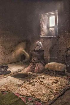 Ezandan önce uyanırdı annem. Kadın dediğin güneş üstüne doğmadan uyanmalıydı çünkü. Bereketi kaçarmış evin, rızkı kesilirmiş adamın. Çatlamış dudaklarından dualar süzülürdü sabahın soğuğunda. Buz tutardı yazmasındaki oyaları. Elleri hamur kokardı her daim sanki annem demek hamur demekti. Elinde kuruyan hamurları bile ziyan etmez ovalayıp karınca yuvalarına serpiştirirdi. Her şeye yeterdi ANNEM. Çünkü ANNA demek yetmek demekti. People Around The World, Around The Worlds, Desert Life, Weird World, Belleza Natural, Wonders Of The World, Art Photography, Creatures, Illustration