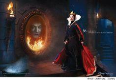 Alec Baldwin staring back at us from the Evil Queen's magic mirror.  Olivia Wilde é a rainha má.