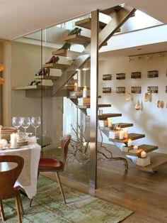 Escalera con estructura de acero inoxidable y peldaños volados de madera de roble
