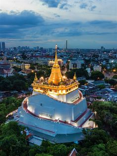 The temple hill of Golden Mount, with the city in the background © kamomeen / Shutterstock