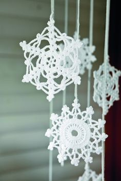 Jewelery project for Christmas! Crochet Christmas Decorations, Crochet Decoration, Crochet Ornaments, Cosy Christmas, Christmas Knitting, Christmas Time, Crochet Snowflake Pattern, Crochet Snowflakes, Diy And Crafts