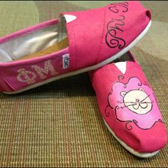 Decorate Toms with your sisters as a group activity. Sorority Sugar, Sorority Gifts, Sorority Crafting, Decorated Toms, Phi Mu Crafts, Little Sister Gifts, Sister Crafts, Delta Chi, Alpha Sigma Alpha