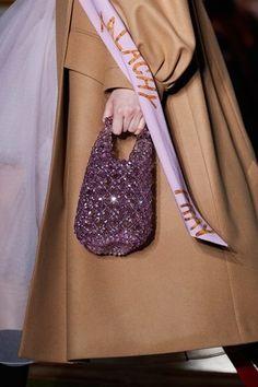 Simone Rocha Fall 2020 Ready-to-Wear Fashion Show - Vogue Vogue Paris, Beaded Bags, Cute Bags, Womens Purses, Mannequins, Purses And Bags, Fashion Show, Hijab Fashion, Women Accessories