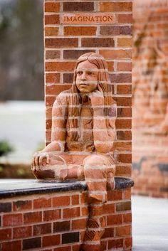 La brique anoblie par un sculpteur de génie. Gros plan sur les oeuvres…
